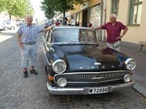 F.d. poliserna Arne Fröding (vä sida) och Svante Sundström bredvid sin gamla tjänstebil