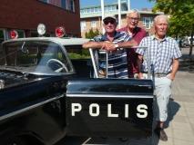 Fr v K-G Andersson, Svante Sundström och Arne Fröding poserar framför sin f.d. tjänstebil utanför Ludvika polisstation