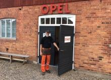 Välkomna in säger Inge Andersson vid sitt unika Opelmuseum